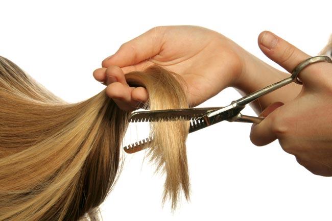 صورة قص اطراف الشعر، وما يعود على الشعر من فائدة